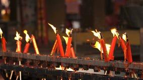 Fiamma dalla bruciatura della candela cinese rossa nel tempio stock footage
