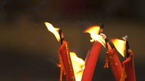 Fiamma dalla bruciatura della candela cinese rossa nel tempio video d archivio