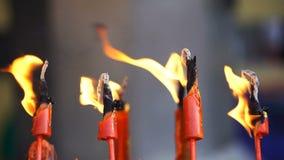Fiamma dalla bruciatura della candela cinese rossa nel tempio archivi video