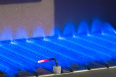 Fiamma del gas dentro della caldaia a gas fotografie stock