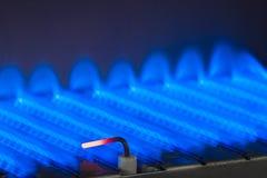 Fiamma del gas dentro della caldaia a gas immagini stock