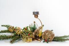 Fiamma del ` s del nuovo anno con i rami dell'abete, su un fondo bianco fotografia stock