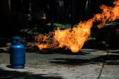 Fiamma ed esplosivo del gas dal carro armato di gas fotografia stock libera da diritti