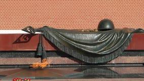 Fiamma eterna e tomba del soldato sconosciuto a Mosca stock footage