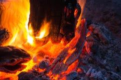 Fiamma luminosa del falò bruciante fotografia stock libera da diritti