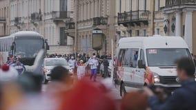Fiamma olimpica della corsa di relè in San Pietroburgo ad ottobre Tedoforo corrente protezioni cortege archivi video