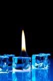 Fiamma sui cubi di ghiaccio blu Fotografia Stock Libera da Diritti