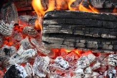 Fiamma sul primo piano in tensione caldo di estremo del carbone Fotografia Stock