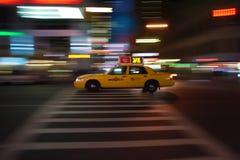 Fiammate del taxi di New York per tutta la notte Immagine Stock