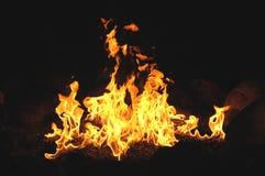 Fiamme Billowing di Wth del fuoco di accampamento Fotografie Stock Libere da Diritti