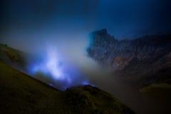 Fiamme blu dello zolfo, vulcano di Kawah Ijen Immagini Stock Libere da Diritti