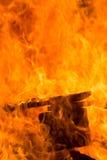 Fiamme da un grande fuoco fotografia stock libera da diritti