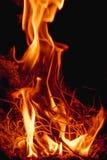 Fiamme del fuoco alla notte scura Fotografia Stock