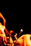 Fiamme del fuoco alla notte scura Immagine Stock
