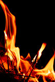 Fiamme del fuoco alla notte scura Fotografie Stock Libere da Diritti
