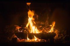 Fiamme del fuoco con la cenere in camino Fotografia Stock Libera da Diritti