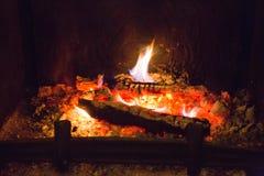Fiamme del fuoco con la cenere in camino Fotografie Stock Libere da Diritti