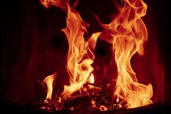 Fiamme del fuoco su priorità bassa nera fotografie stock libere da diritti