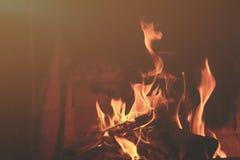 Fiamme del fuoco su priorità bassa nera Fotografie Stock