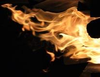 Fiamme del fuoco su un darkbackground Fotografia Stock Libera da Diritti