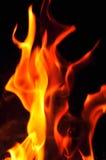 Fiamme del fuoco su una priorità bassa nera Parte posteriore di struttura della fiamma del fuoco della fiammata Immagini Stock