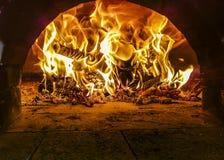 Fiamme dentro il forno bruciante di legno della pizza fotografie stock libere da diritti