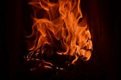 Fiamme feroci del fuoco nel camino Fotografie Stock Libere da Diritti