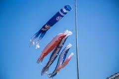Fiamme giapponesi della carpa su un chiaro cielo blu Fotografia Stock Libera da Diritti