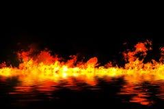 Fiamme impressionanti del fuoco con la riflessione dell'acqua Fotografie Stock Libere da Diritti