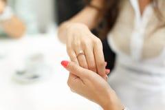 Fiançailles de partie de célibataire de jeune mariée de doigt d'anneau de mariage Images libres de droits