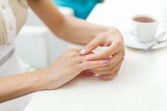 Fiançailles de partie de célibataire de jeune mariée de doigt d'anneau de mariage Image stock
