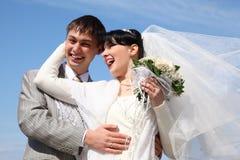 Fiance met bruid tegen achtergrond van hemel Stock Afbeeldingen