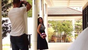 Fiancee που φωτογραφίζεται με την εσθήτα της απόθεμα βίντεο