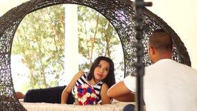 Fiancee που φωτογραφίζεται να βρεθεί στην πλευρά της στον ωοειδή καναπέ απόθεμα βίντεο