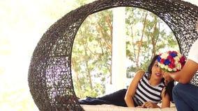 Fiancee που φωτογραφίζεται να βρεθεί στην πλευρά της απόθεμα βίντεο