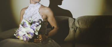 Fiancee σε ένα όμορφο άσπρο φόρεμα που κρατά μια όμορφη ανθοδέσμη των γαμήλιων λουλουδιών φιαγμένων από τρυφερούς τριαντάφυλλα κα στοκ φωτογραφίες με δικαίωμα ελεύθερης χρήσης
