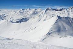 Fianco di una montagna alpino nella neve Fotografie Stock Libere da Diritti