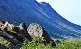 Fianco di una montagna che sfocia in alta valle Fotografie Stock