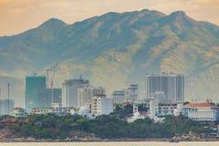 Fianco di una montagna del paesaggio di Nha Trang Vietnam del centro di villeggiatura fotografia stock libera da diritti