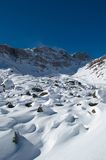 Fianco di una montagna dello Snowy in inverno Immagini Stock