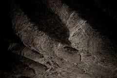Fianco di una montagna scuro fotografie stock
