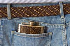 Fiaschetta in tasca dei jeans Immagini Stock Libere da Diritti