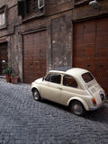 Fiat 500 in een Straat van Rome Royalty-vrije Stock Afbeeldingen