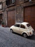Fiat 500 in una via di Roma Immagini Stock Libere da Diritti