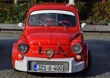 Fiat 500 Abarth, oldtimer model, mooie rode en witte versiering Royalty-vrije Stock Foto