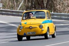 Fiat 500 Abarth que conduce en la carretera nacional Foto de archivo libre de regalías