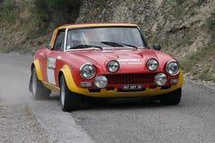 Fiat 124 Abarth samlar bilen Arkivfoton