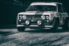 FIAT 131 ABARTH 1977 samlar den gamla tävlings- bilen Arkivbilder