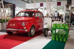 Fiat 500 bil och Vespasparkcykel på skärm på HOMI, internationell show för hem i Milan, Italien Royaltyfri Bild