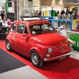 Fiat 500 bil på skärm på HOMI, internationell show för hem i Milan, Italien Royaltyfri Fotografi